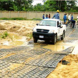 stabilisation des véhicules sur chemin boueux grâce aux plaques de roulage Stabmat de Stabline