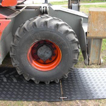 roue de camion de chantier sur une plaque de roulage Stabéco de Stabline
