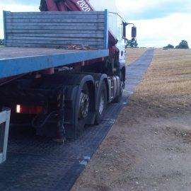 camion de chantier roulant sur des plaques de roulage Stabmax de Stabline