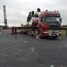 passage d'un camion de chantier sur les plaques de roulage Stabmax de Stabline